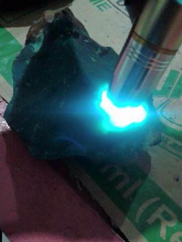 Foto: Bongkahan Batu Bacan Body Glass